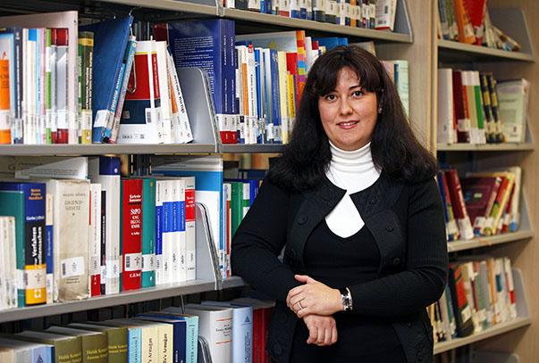 """belirten Yaşar Üniversitesi Hukuk Fakültesi Öğretim Üyesi Yrd. Doç. Dr. Burcu Dönmez, """"15 yaşın altındaki bireylerin zorla evlendirilmelerinin bir insanlık suçu olduğunu söyledi."""