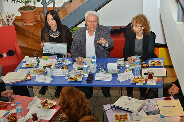 İzmir'in moda konusunda atılım yapması amacıyla, Akdeniz Akademisi Tasarım Koordinatörü ve Yaşar Üniversitesi Rektör Yardımcısı Prof. Dr. Tevfik Balcıoğlu moderatörlüğünde toplantı gerçekleştirildi.