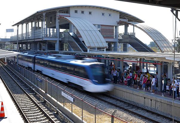 Kent içi trafiğini rahatlatan metro, banliyö gibi raylı sistemler, enerji verimliliği ve daha az karbon salınımı ile de çevreyi koruyor.