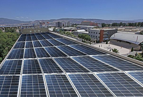 Yaşar Üniversitesi Öğretim Üyesi Yrd. Doç. Dr. Hacer Şekerci, evlerin çatılarında güneş enerjisi ile elektrik üretiminin mümkün olduğunu belirterek lisansız elektrik üretimi sayesinde vatandaşların kendi enerji ihtiyaçlarını karşılayabilmelerinin yanı sıra ihtiyaç fazlası elektriği satarak her ay yaklaşık bin lira tasarruf edebileceklerini söyledi.