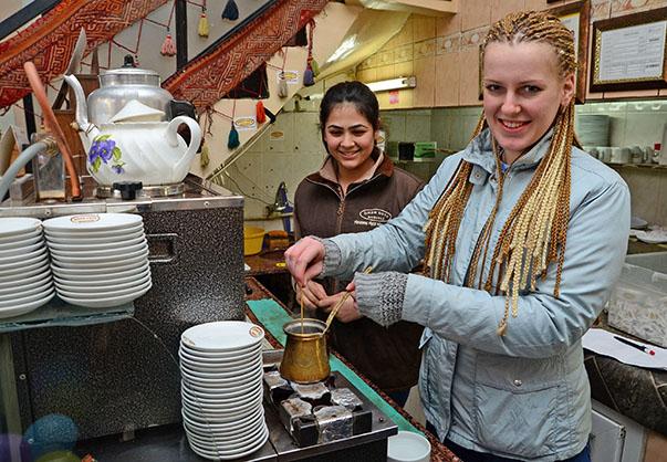 Yabancı öğrenciler, İzmir sokaklarında, vatandaşlara sorup belirlenen tarihi yerleri ararken Türk kültürüne has kahve, çay, gevrek, lokum ve döner gibi lezzetlerle de tanıştı.