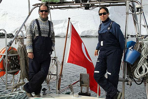Yol arkadaşı Osman Atasoy'la birlikte Antarktika'ya Türk bayrağını diken ilk Türk denizci olan Sibel Karasu, 2048 yılına dek zengin doğal gaz ve petrol kaynaklarının işletilmesine ilişkin alınacak kararlarda Türkiye'nin de söz sahibi olması için bu kıtada mutlaka bilimsel bir üssümüzün olması gerektiğini vurguladı.