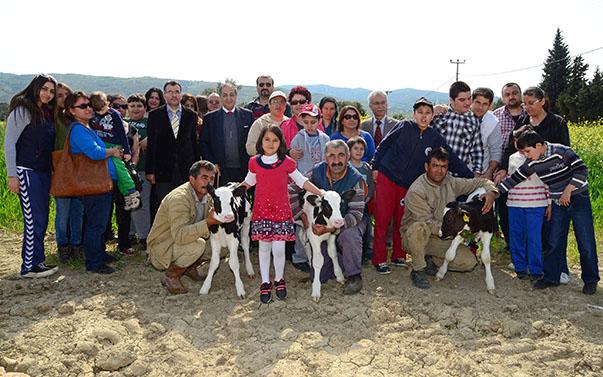 Yaşar Üniversitesi'nin sosyal sorumluluk projesi kapsamında düzenlenen etkinlikte çiftlikte bulanan buzağıları severek keyifli bir gün geçiren otizmli öğrenciler, doğa ile buluşmanın sevincini de yaşadı. Etkinliğe katılan Özel Eğitim ve Uygulama ve İş Eğitim Okulu'nun Aile Birliği Başkanı Selim Yaşar, aktivite ile otizmli öğrenci ve ailelerinin keyifli bir gün geçirmesinin amaçlandığını belirtti.