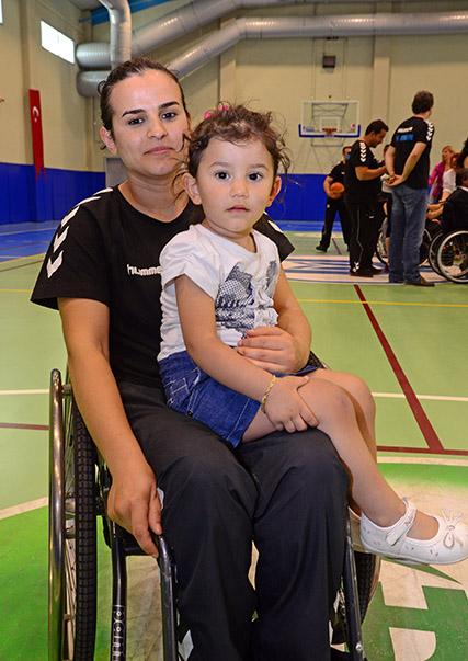 Basketbolcu Yasemin Güler ve kızı
