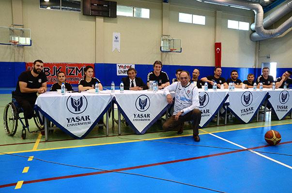 Etkinliğin sonunda, Yaşar Üniversitesi Rektörü Prof. Dr. Murat Barkan, Göksel ve Çipa'ya plaket verdi. Genel Menajer Göksel ve Antrenör Çipa da Rektör Barkan'a tüm oyuncuların imzaladığı forma hediye etti.