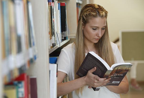 Yaşar Üniversitesi Kütüphanesi, sadece öğrencilerine değil, tüm İzmirlilere açık.