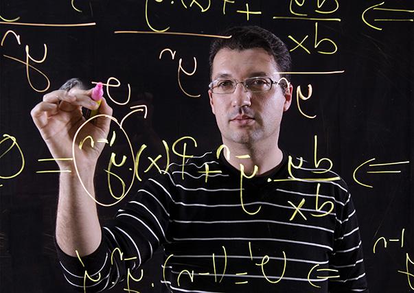 İlkokulda öğretmeninin matematikten anlamıyor dediği çocuk olan  Yaşar Üniversitesi Matematik Bölümü Öğretim Üyesi Yrd. Doç. Dr. Refet Polat, bugün Türkiye'yi matematik olimpiyatlarına hazırlayan başarılı bir matematikçi olarak tanınıyor.