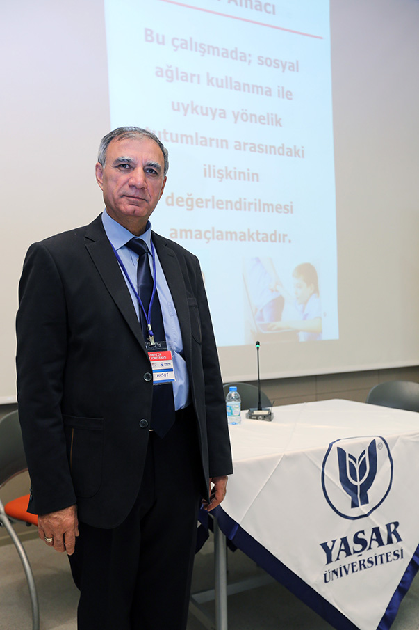 Yaşar Üniversitesi'nde düzenlenen 19. Türkiye'de İnternet Konferansı'nda bir bildiri sunan Pedagog Yrd. Doç. Dr. Mehmet Aksüt, 450 ortaokul öğrencisine yönelik yaptıkları araştırmada, sosyal ağları kullanmanın uyku düzenine etkisini incelediklerini kaydetti.