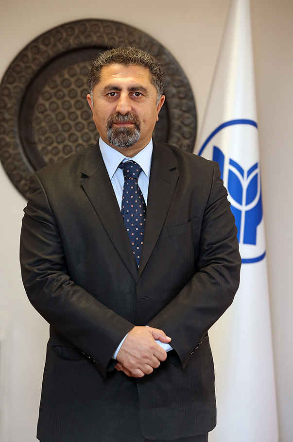 """aşar Üniversitesi Hukuk Fakültesi Dekanı Prof. Dr. Mustafa Ruhan Erdem, bu tip olaylarda Yargıtay'ın dolandırıcılık suçuna yönelik farklı kararları olduğunu, ancak yargılamanın dolandırıcılık değil """"yağma ve örgüt kurmak"""" suçlarından yapılması gerektiğini belirtti."""