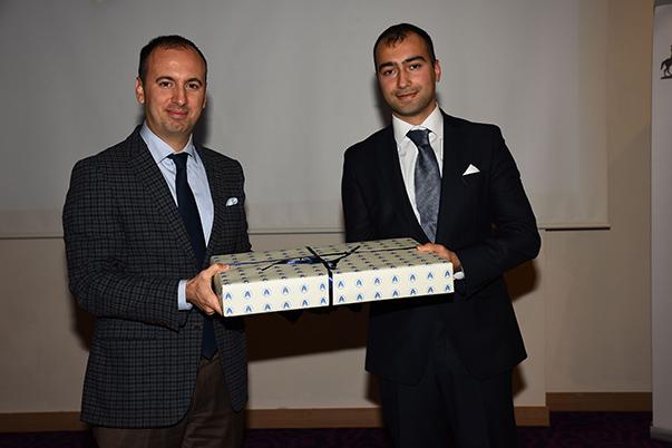 Yarışmanın birincisi Öncü Özgönül'e birincilik ödülü Yaşar Üniversitesi'nden dizüstü bilgisayar, Yaşar Üniversitesi Genel Sekreter Yardımcısı Ali Galip Ayvat tarafından verildi.