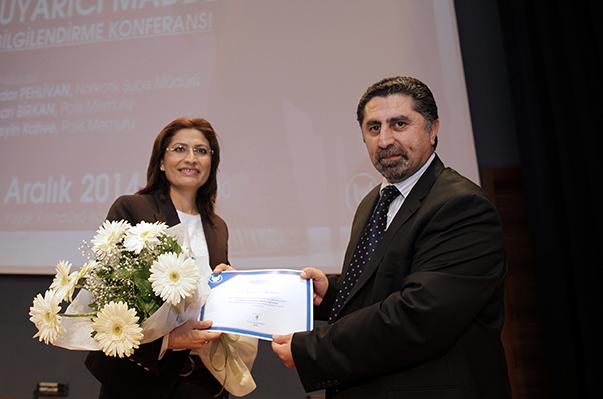 Yaşar Üniversitesi Hukuk Fakültesi Dekanı Prof. Dr. Mustafa Ruhan Erdem, Polis Memuru Bircan Birkan'a teşekkür çiçeği verdi.