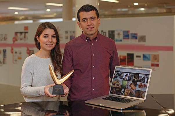 """Yaşar Üniversitesi Sosyal bilimler Enstitüsü İletişim Yüksek Lisans Programı öğrencileri Kemal Kadirhan ve Didem Pulat tarafından kurulan """"sesliyemek.com"""" bloğu 600'ün üzerinde katılımcıyı geride bırakarak """"en tarz blog"""" seçildi."""