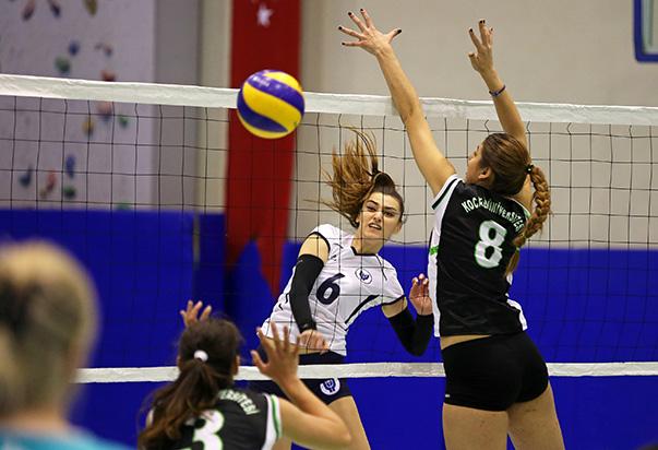 Ünilig Bayanlar Voleybol 'da, geçen yıl yenilgisiz şampiyon olan Yaşar Üniversitesi takımı, yeni sezonda da çizgisinden şaşmıyor.