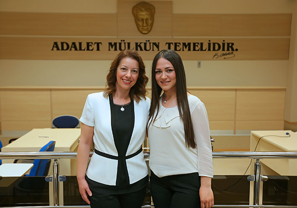 İzmirli Oya Soyal (43) (solda) ile Ruşen Duman (30) hem kariyer hem de çifte diploma sahibi olmasına rağmen çocukluk hayalinin peşinden giderek yıllar sonra üniversite sıralarına tekrar oturdu.