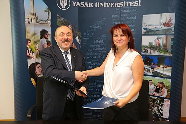 Yaşar Üniversitesi Rektörü Prof. Dr. Cemali Dinçer ile İçmimarlar Odası İzmir Şubesi Yönetim Kurulu Başkanı Dilara Gür Narinç protokolü imzaladı.