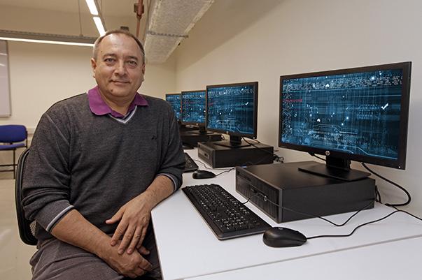 """belirten Yaşar Üniversitesi Bilgisayar Mühendisliği Bölüm Başkanı Doç. Dr. Ahmet Koltuksuz, """"Siber korsanlar, internete bağlı telefon ve televizyonların kamera ve mikrofonunu ele geçirip sizi izleyip kayda alabilir."""" dedi."""
