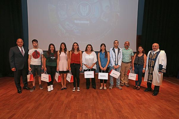 Törende ayrıca üniversiteye dereceyle giren öğrencilere ödülleri verildi.