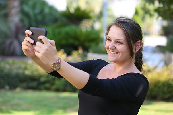 """Uluslar arası öğrenci olarak Yaşar Üniversitesi'ne gelen ve yüksek lisansını iletişim alanında yapan Hırvat öğrenci Zrinka Peharec, tez çalışmasında, özellikle akıllı cep telefonlarıyla birlikte hayatımızın ayrılmaz bir parçası haline gelen """"selfie"""" ya da Türk Dil Kurumu'nun çevirisiyle """"özçekim""""i ele aldı"""