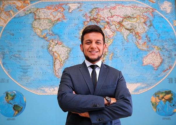 Yaşar Üniversitesi Uluslararası İlişkiler Bölümü'nden bu yıl birincilikle mezun olan İsmail Alparslan Ece, Avrupa'nın en saygın okullarından, Avrupa Birliği (AB) kurumlarına sayısız bürokrat yetiştirmekle tanınan Avrupa Koleji'nin yüksek lisans programına yüzde 100 burslu olarak kabul edildi.