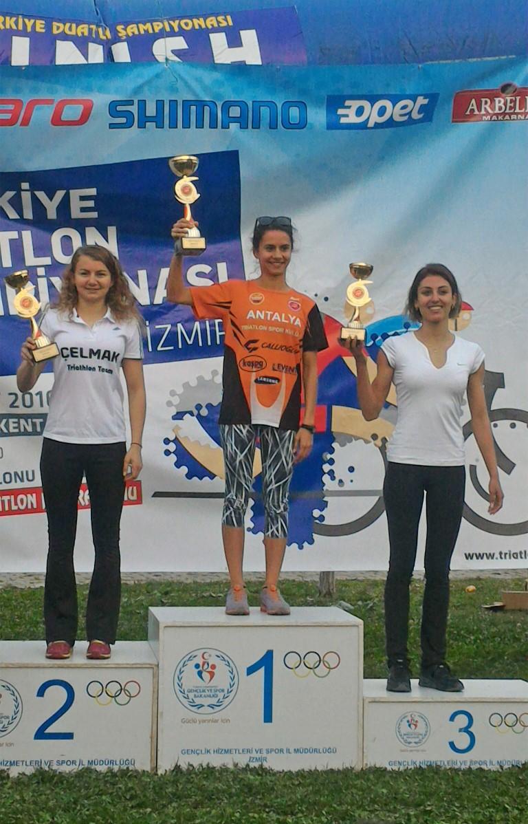346 lisanslı triatletin kayıt yaptırdığı yarışta Elit Bayanlar Kategorisi'ne Yaşar Üniversitesi'nin triatletleri İpek Öztosun ve Ece Bakıcı damga vurdu. Öztosun birinciliği kazanırken sakatlığının ardından 9 ay sonra ilk kez yarışan Bakıcı ise ikinciliği elde etti.