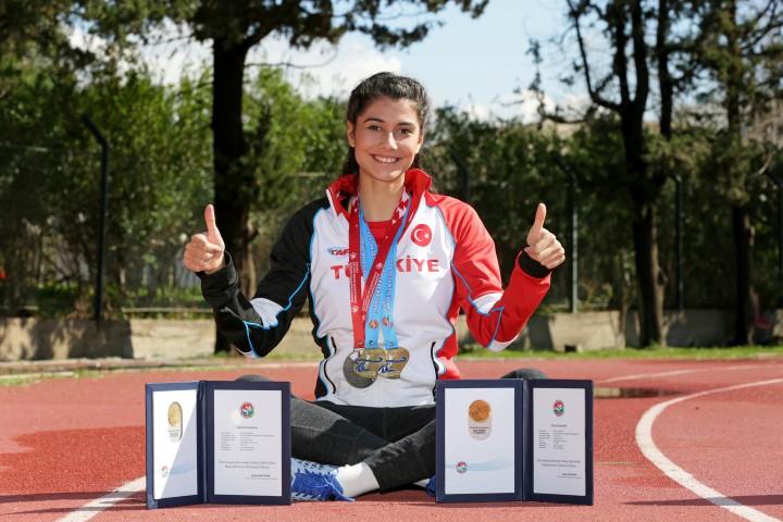 Bir yandan milli takımda yarışmalara katılan bir yandan da Yaşar Üniversitesi Hukuk Fakültesi'ndeki eğitimini sürdüren Berfe Sancak'ın, üniversite adına katıldığı yarışlarda 200 metrede şampiyonluğu bulunuyor.