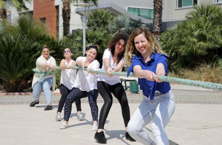 Yaşar Üniversitesi SKS Müdürlüğü'nün de destek veridği Denizcilik Haftası etkinliklerinde öğrenciler halat çekme ve can yeleği giyme gibi oyunlar oynadılar.