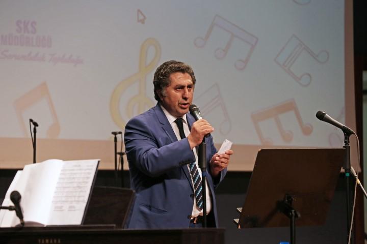 Hukuk Fakültesi Dekan Yardımcısı Prof. Dr. Mustafa Ruhan Erdem türküleriyle geceye renk kattı.