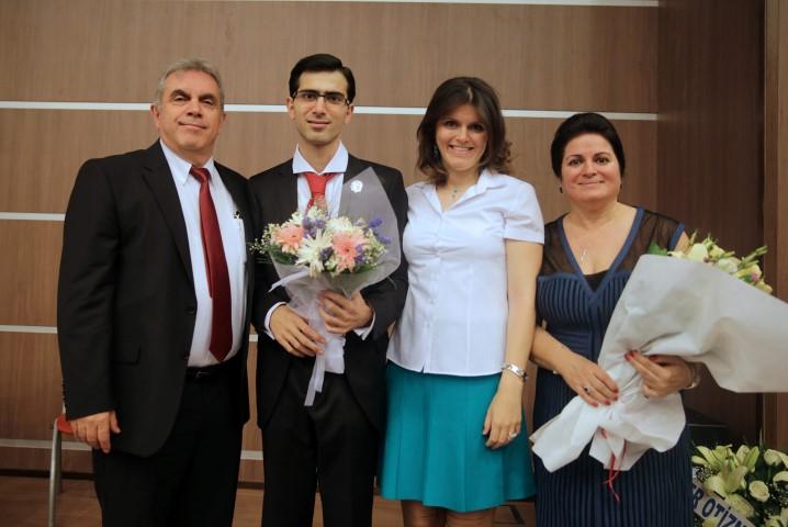 ): Cem Vardarci, mezuniyet sevincini ailesiyle paylaştı. (Soldan: Zafer-Cem-Gülser-Gülçin Vardarcı)