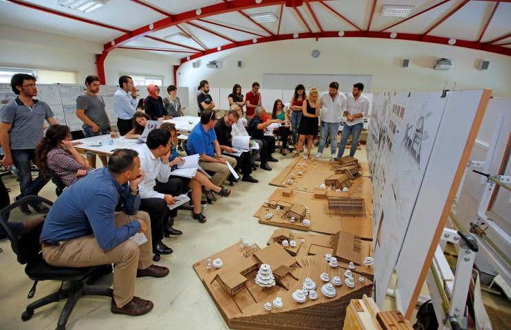 Yaşar Üniversitesi Mimarlık Bölümü öğrencileri tarafından tasarlanan akıllı köy, Türkiye'nin her köşesinden gelecek çiftçileri de misafir edecek şekilde tasarlandı.