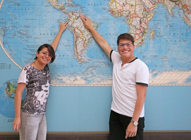 Fotoğraftakiler: (Soldan) Ekvatorlu Maria Correa ile Venezuelalı Humberto Barreto üniversite öğrenimi için binlerce kilometre ötedeki ülkelerini değil İzmir'i ve Yaşar Üniversitesi'ni tercih etti.