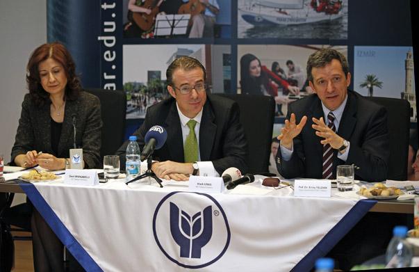 Konferans öncesinde Yaşar Üniversitesi Selçuk Yaşar Kampüsü'nde düzenlenen basın toplantısında IMF Türkiye Direktörü Lewis ve ILO Türkiye Direktörü Efendioğlu Dünya ve Türkiye ekonomi sürecini değerlendirdi.
