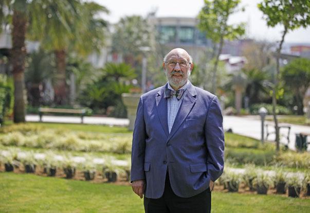 """ABD'de 40 yıldan bu yana Evlilik ve Aile Terapisti olarak çalışan, adına enstitü kurulan William Jack  Hiebert, Yaşar Üniversitesi Sürekli Eğitim Merkezi'nde gerçekleştirdiği """"Evlilik ve Aile Terapisi Eğitimi Sertifika Programı"""" eğitimi veriyor."""