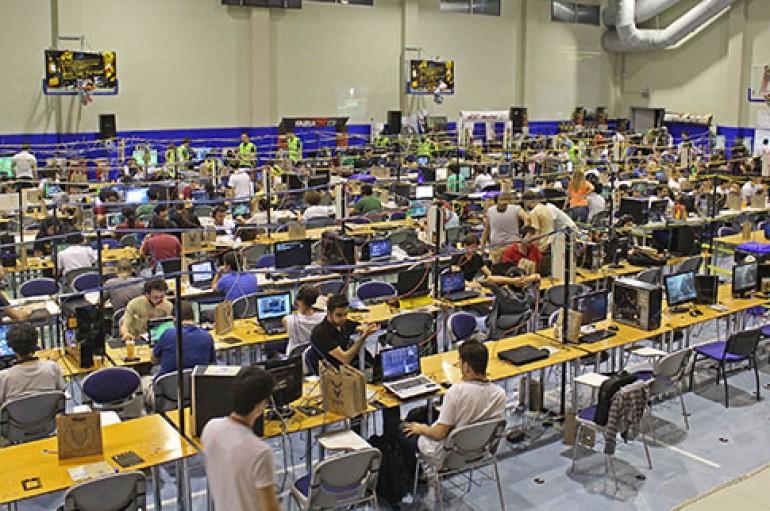 Bilgisayar tutkunları İzmir'de yarıştı