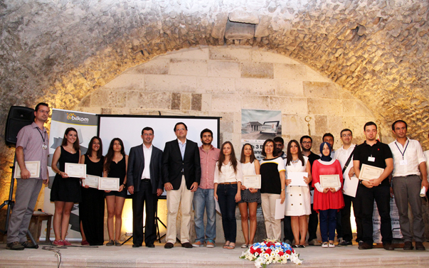 Bergama Belediyesi'nin  Bilkom  ile ortaklaşa yürüttüğü 'Tarih 3 boyutlu canlanıyor' projesine  Yaşar, Dokuz Eylül ve Gediz  üniversitelerinden mimarlık öğrencilerinin de destek verdi.