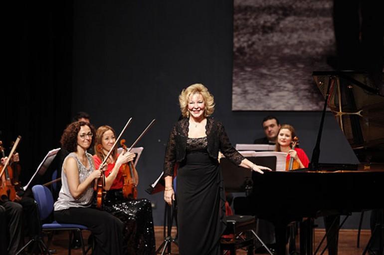 Gülsin Onay'dan Yaşar Üniversitesi'nde muhteşem konser