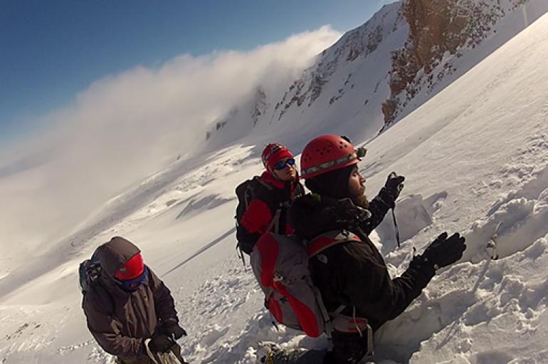 Genç dağcılardan zorlu tırmanış
