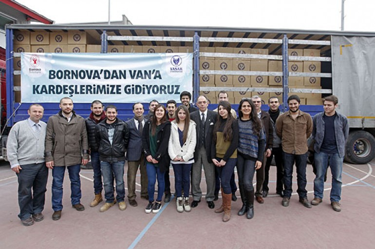İzmir'de Van'a sevgi TIR'ı