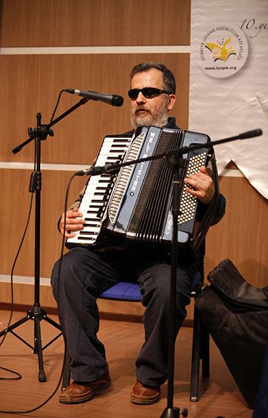 Görme engelli ünlü müzisyen Muammer Ketencoğlu, akordeonu ile kısa bir de müzik dinletisi sundu.