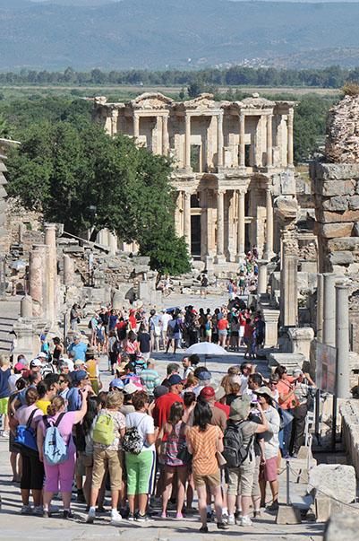 İçöz, geçtiğimiz yıl 33 milyon 827 bin yabancı turisti ağırlayan Türkiye'nin kişi başına harcamada dünya ortalaması ile oluşan negatif fark nedeniyle yıllık 10 milyar dolara yaklaşan bir gelir kaybı yaşadığının tahmin edildiğini söyledi.