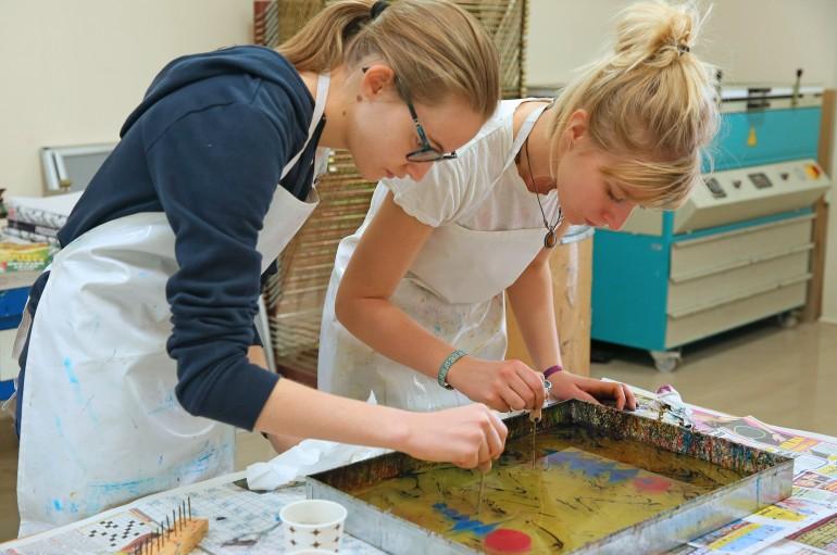 Yabancı öğrenciler Ebru öğreniyor