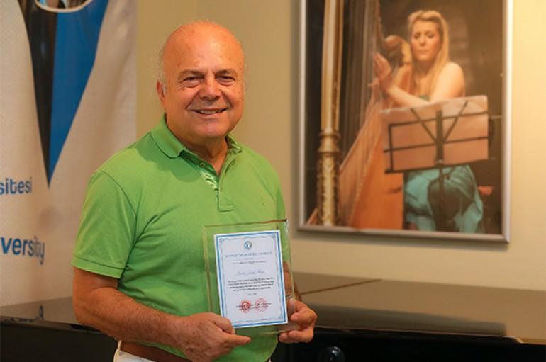 Uluslararası Barış Sanatçısı Ödülü Yaşarlı akademisyene