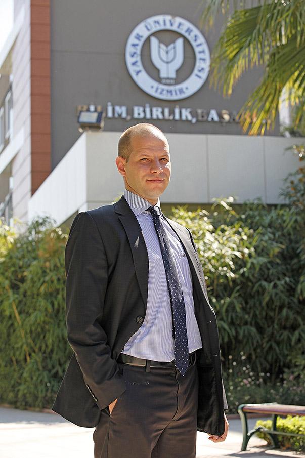 Yaşar Üniversitesi Uluslararası İlişkiler Bölümü Öğretim Üyesi Doç. Dr. Emre İşeri