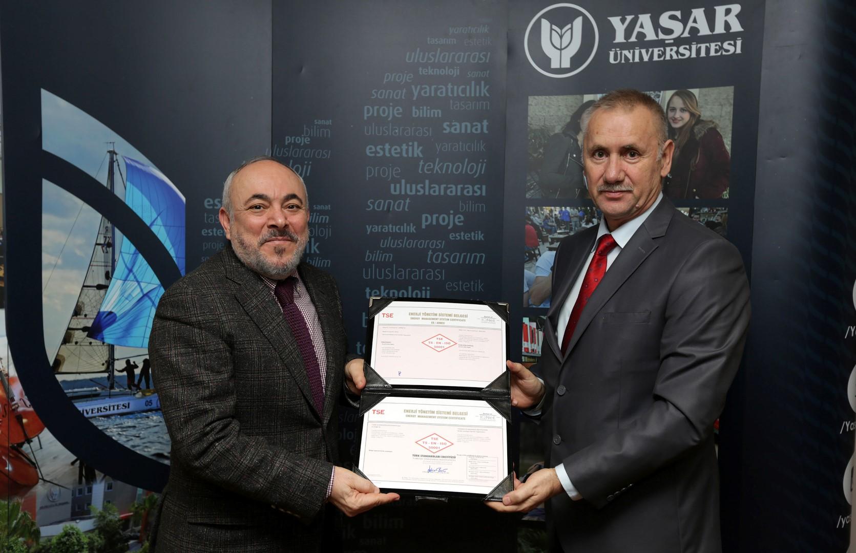 Yaşar Üniversitesi Rektörü Prof. Dr. Cemali Dinçer TS EN ISO 50001 belgesini TSE Ege Bölge Koordinatörü Atila Gündüz'den aldı.