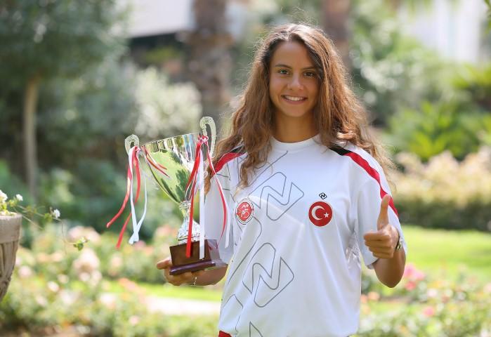 Yaşar Üniversitesi'nin milli triatlet öğrencisi İpek Öztosun'un Balkan Şampiyonu olduğu şampiyonada, milli takım sporcularımız 1 altın, 3 gümüş ve 2 bronz madalya kazandı.