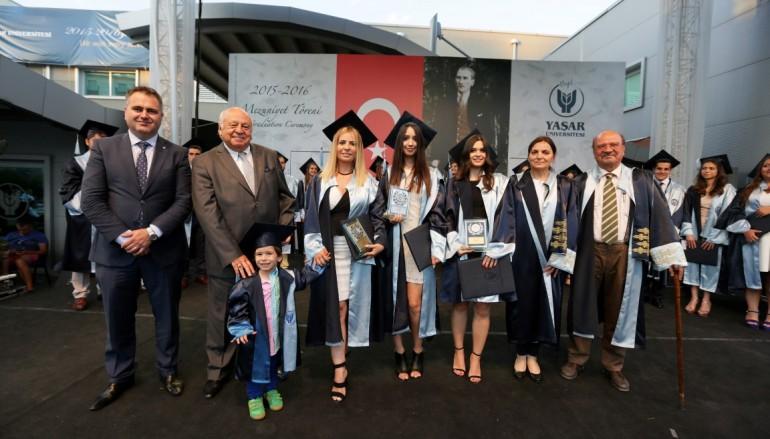 Üçüncü üniversitesini üç yılda bitirdi,diplomasını çocuğuyla aldı