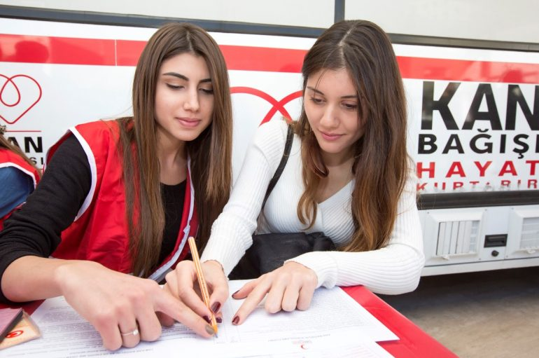 (Turkish) Yaşarlı gençlerden Kızılay'a kan bağışı