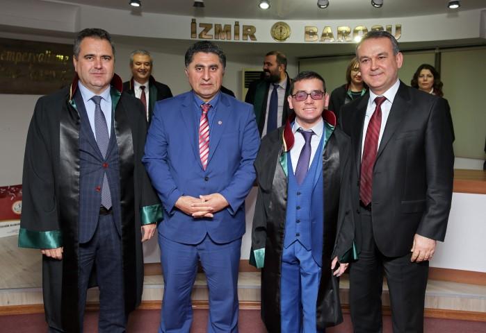 Celil Uzun'a cübbesini, Yaşar Üniversitesi Hukuk Fakültesi Öğretim Üyesi Prof. Dr. Mustafa Ruhan Erdem, Baro Başkanı Aydın Özcan ve Avukat Münir Hakan Eriş giydirdi.