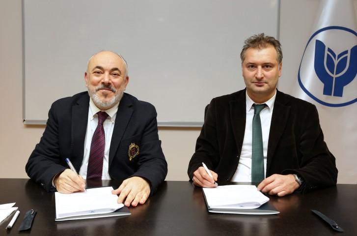 Protokolü, Mimarlar Odası İzmir Şubesi Başkanı Halil İbrahim Alpaslan(Sağda)ve Yaşar Üniversitesi Rektörü Prof. Dr. Cemali Dinçer imzaladı.