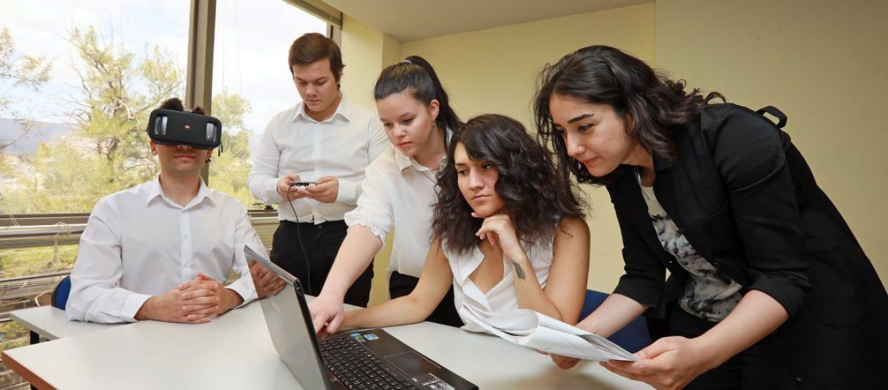 """OTİZMLİ ÇOCUKLAR DAHA İYİ EĞİTİM ALSIN DİYE…  OTİZMLİ ÇOCUKLARA UMUT OLACAK   Yaşar Üniversitesi öğrencileri otizmli çocuklar için sanal gerçeklik oyunu ve EEG cihazıyla dikkat sürelerini ölçen bir projeleriyle 2 ödül kazandı   Yaşar Üniversitesi Bilgisayar Mühendisliği ve Psikoloji bölümleri öğrencilerinin, otizmli çocukların öğrenimdeki en büyük problemleri olan dikkat dağınıklığına çözüme katkı için geliştirdikleri proje, Ege Bölgesindeki üniversitelerden bilgisayar ve yazılım mühendisliği bölümü 4. sınıf öğrencilerinin katıldığı """"Genç Beyinler Yeni Fikirler Proje Fikir Yarışması""""nda iki birincilik kazandı. Otizmli çocuklara özel geliştirilen EEG başlığıyla entegre çalışan sanal gerçeklik oyunu sayesinde, maksimum odaklanma süreleri ölçülüp aldıkları eğitimin verimliliğinin artması hedefleniyor.   Ege Bölgesindeki 10 üniversite, Türkiye Bilişim Derneği İzmir Şubesi, İzmir Büyükşehir Belediyesi, Bilgisayar Mühendisleri Odası, teknoparklar, teknoloji transfer ofisleri, İzmir Ticaret Odası Bilişim Komitesi, STK'lar ve sektördeki firmaların katkılarıyla düzenlenen Genç Beyinler Yeni Fikirler Proje Pazarı ve Bitirme Projeleri Sergisi önceki hafta yapıldı. 6.'sı yapılan etkinlikte 270 bitirme projesi sergilendi. Etkinliğin fikir yarışması bölümünde de farklı kategorilerde bin 500 öğrenci ve yaklaşık 100 danışman akademisyen katıldı. Yaşar Üniversitesi Bilgisayar Mühendisliği ve Psikoloji bölümleri öğrencileri Can Yıldız, Mehmet Cengiz, Didem Ergül, Ateş Gül Ergun ve Melda Taçyıldız'ın """"Otizmli çocukların EEG başlık ve oyunlar vasıtasıyla dikkatinin ölçülmesi"""" projesiyle, Sağlık ve Yaşam kategorisinde birinci olurken Bilgisayar Mühendisleri Odası Toplum için Mühendislik Kategorisi Özel Ödülünü de kazandı.   KUZENİ UMUT İÇİN KONUŞAN KARTLI OYUNCAK TASARLAMIŞTI Geçtiğimiz yıl otizmli kuzeni Umut'un konuşmasına yardımcı olması için sevdiği oyuncakları kullanarak konuşan kartlarla öğrenmesine yardımcı olacak bir sistem geliştiren Can Yıldız, bu fikrini daha mezun olmadan Ya"""