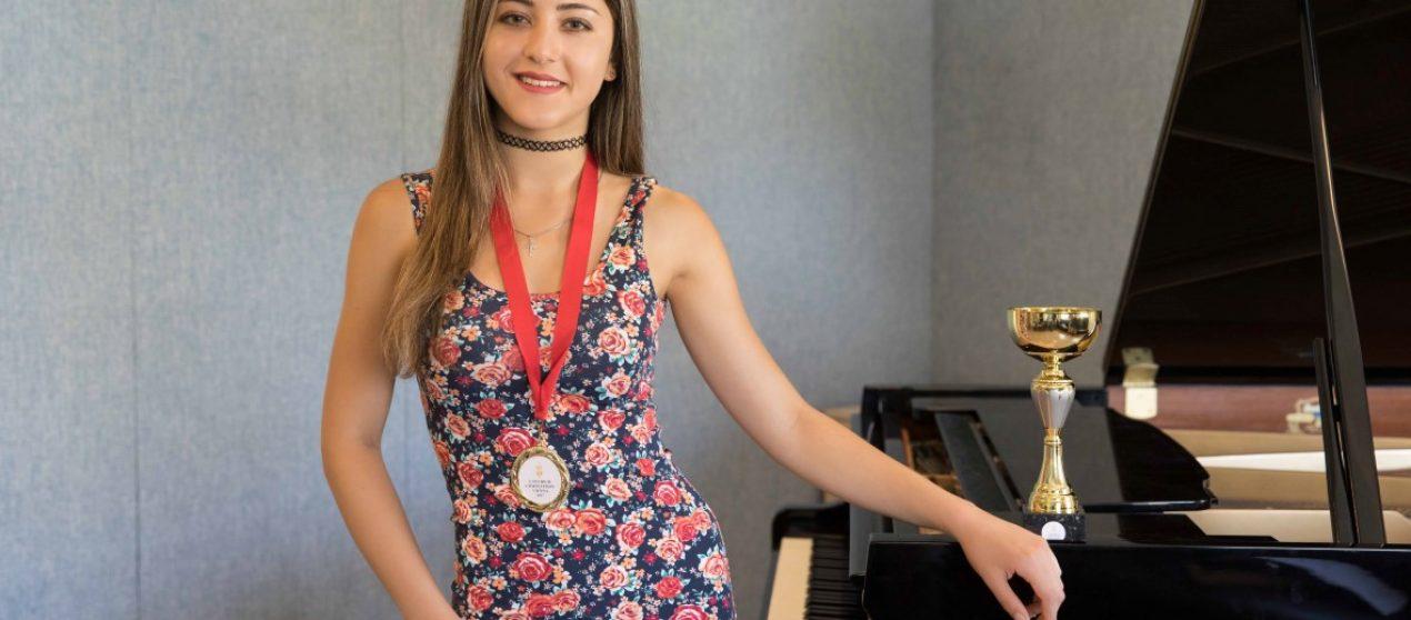 (Turkish) Piyanonun genç yeteneği:  Idlin Arshinova